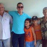Yasel Toledo Garnache junto a abuelos y primos